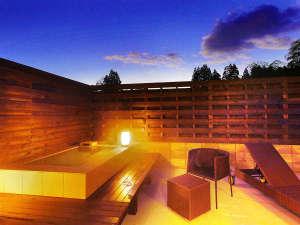 豊かな自然に囲まれた静寂の中、客室露天風呂から星空を仰ぐ圧倒的非日常