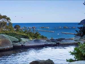 【太平洋を望む温泉露天風呂】露天風呂からの眺望です。太平洋、橋杭岩が一望できます。