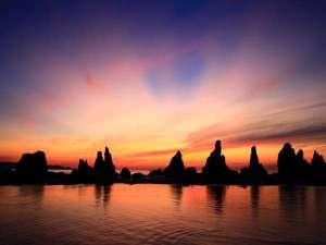 約850m続く大小40余りの岩柱【橋杭岩】朝日百選に選ばれています。ホテルからお車で約5分