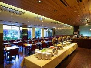 爽やかな朝は1Fレストラン・サンデイズ。薩摩切子の照明もご覧ください。