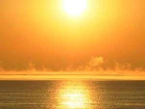 フレアのように朝靄を舞い上がらせて立ち昇る太陽。パワフルな日の出と共に海辺の一日が始まります♪