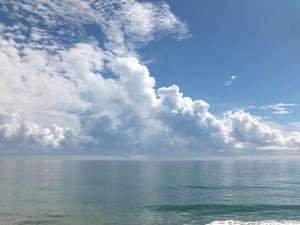 子供のころ出会った夏の海。透き通る青とまばゆい白の世界。また思い出の水木海岸を訪ねたい♪