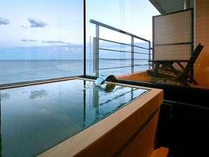 半露天ひのき(日の気)風呂付客室、ウッドテラスが隣設され、潮風が心地良くまるで洋上の入浴気分♪