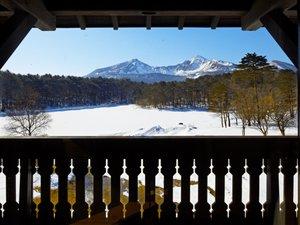 館内から望む磐梯山の冬景色は、ここにしかない絶景