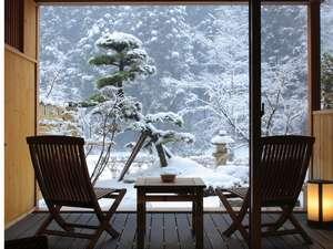 庭園露天風呂付和洋室 【 1 階 】 部屋の中から見る雪景色。