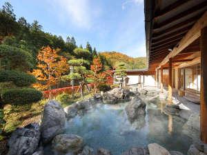 秋の露天風呂 紅葉は10月中旬から11月上旬頃。大浴場からも紅葉がお楽しみ頂けます。