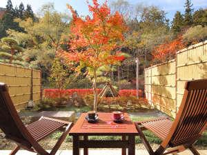 1階庭園付露天風呂和洋室バルコニー。コーヒーを飲みながら贅沢な時間を。