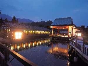 【神楽殿】夜の神楽殿です。神秘的で非日常の雰囲気を味わうことができます。
