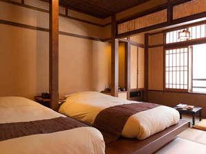 『源泉掛け流し・露天風呂付』から『渓流一望のテラス付』『畳にローベッド』など客室は全部で8種