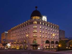 運河前に立地する大理石造りのアーバンリゾートホテル