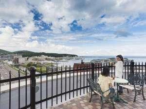 屋上からは小樽運河、倉庫群、石狩湾が一望できます。