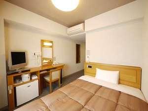 【本館シングルルーム】ベッドはセミダブルサイズでごゆっくりお休みいただけます。無料インターネット完備