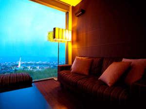 別府の夜景、沈む空、青く染まる海を眺めるひと時。スタイリッシュな一夜をお過ごしください