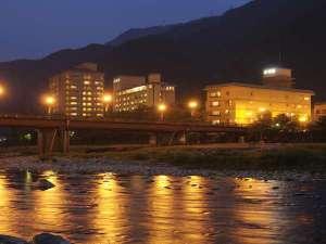 下呂温泉の中心を流れる清流飛騨川沿いに位置する老舗旅館「水明館」