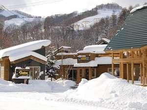 受付事務所は真ん中の建物です。スキー場まで徒歩5分。