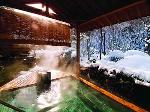 ピンッと張詰めた空気の中、絶景の雪景色を堪能できる雪見の露天風呂(冬の露天)