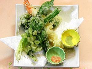*ご夕食一例 てんぷら 季節の食材など使用し若旦那将自慢の料理でおもてなしいたします。