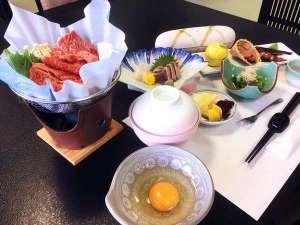 【ご夕食】上州牛すき焼きをメインに、山・海の食材をバランスよく配した会席料理をご用意いたします※一例