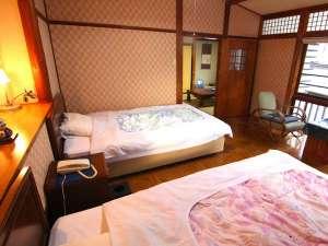 客室一例:【萩】 洋館風の明治の寝室と大正の和室、次の間から構成。客室が隣にない角部屋です。
