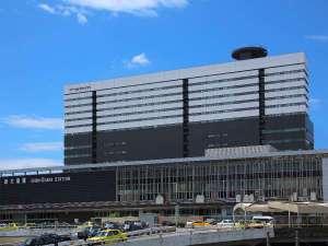 【ホテル外観】ホテル外観とJR新大阪駅 新大阪駅に直結した便利な立地にございます