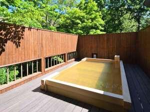 川のせせらぎが心地よい露天風呂。夏は眩しい深緑など、四季折々の景観に癒されます。