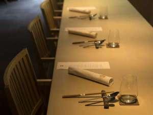 ご夕食は一斉スタート。カウンターを挟み、お客様の目の前で調理をし、振る舞います。