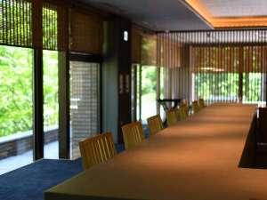 食事処「厨」のカウンター席。大きな窓からは四季の移り変わりをお愉しみくださいませ。
