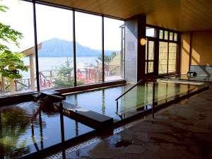 ■内風呂(男湯):窓の外には雄大な支笏湖の景色。冬は内風呂でしっかり温まってから展望風呂へ!