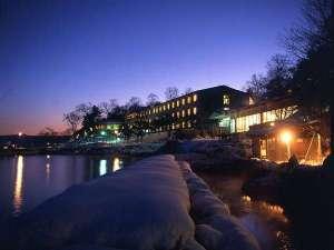■施設外観:雪景色に包まれる冬。あたたかい温泉とお料理をご用意してお待ちしています!