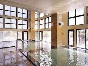 ◆B2 瑞雲・内湯/広々とした内湯は、真下にある源泉から湧き出る温泉を、2種類の浴槽で楽しめる
