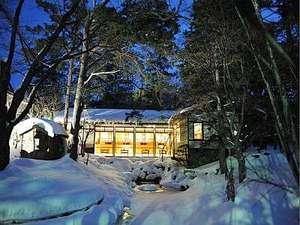 冬の庭園にひっそりとそびえ立つ和風温泉宿です。