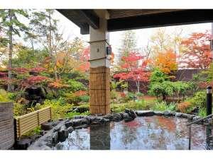 解放感ある「森の湯屋」秋の露天風呂からの景色