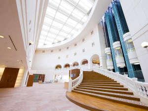 高い天井で開放感のある1階エントランス