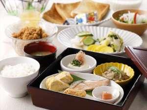 日替わりの無料朝食は御膳でお出し致します。その他お漬物などはご自由にどうぞ。