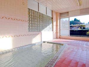 *大きな窓が開放的な大浴場。温泉浴を満喫できます。