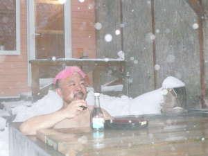雪見酒♪愛酒党の御仁、おつまみセットご持参で露天風呂どうぞ。