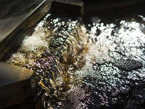 【温泉】琥珀色した湯の色と、滑らかな湯触りが特徴