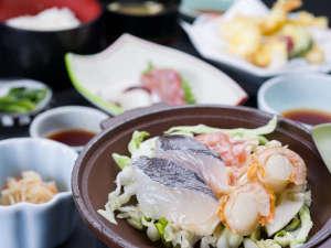 *お夕食一例(漁火御膳)/海鮮陶板など、地元青森で水揚げされた海の幸が食膳を彩ります。