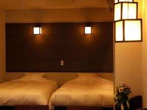 302号室 シモンズ社製のベッドに拘りベッドメイクはデュベスタイルを採用!