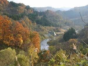 深い秋色に移る山々