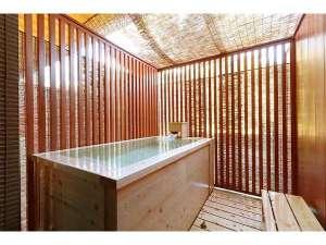 露天風呂付き客室の露天風呂 ヒノキの香りで癒されます。かけ流しです。