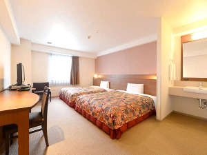2ベッドルーム(幅150cmのベッド2台です)広さ26㎡の客室です。