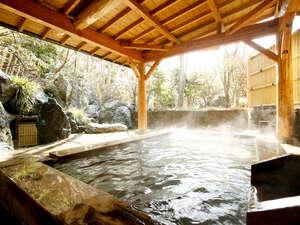 【露天風呂】大浴場に併設された露天風呂では庭園と滝を眺めることができます。