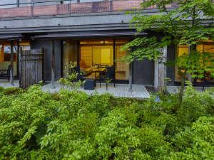 外から見た庭園付き客室