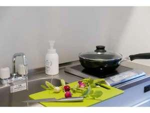 ■客室設備■ キッチン 冷蔵庫、電子レンジ、IHクッキングヒーターが備わります。