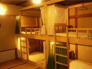 男女混合ドミトリー(相部屋)です。各ベッドにコンセント、ベッドライト有。無料Wi-Fi利用可能です。