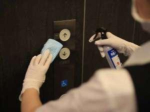 新型コロナウイルス対策:エレベーターのボタンを定期的に消毒しております。