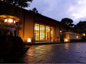 ・正面玄関、夕景