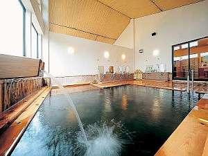 新館にある「姫の湯」。滔々と流れる温泉がひのきの湯船にそそぐ。寝湯もついているよ♪