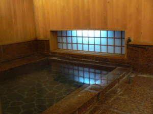 女湯です、木の香りと湯船に入る小窓からの光がとてもいいです。